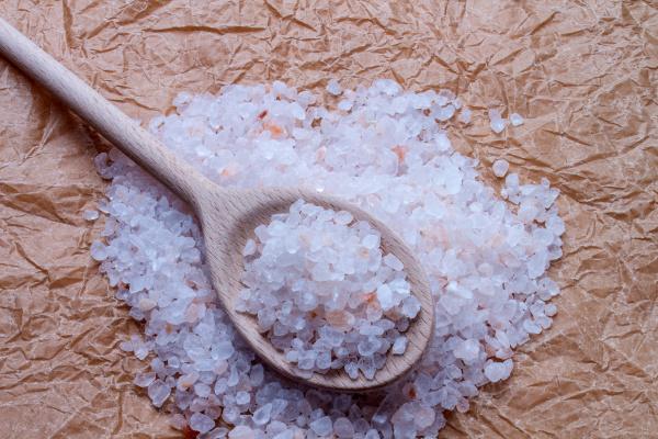 sale grossolana con cucchiaio di legno
