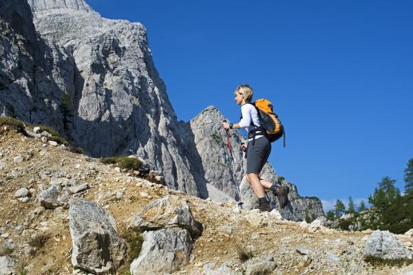 donna andare viaggio viaggiare enorme collina