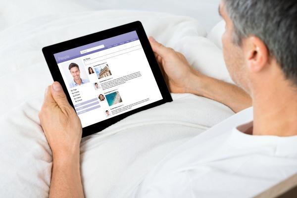 uomo chattando su siti di social