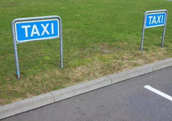 blu rilasciato albero estate taxi parcheggio