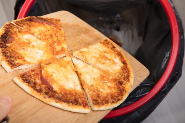 cibo persona pizza lancio getto buttare