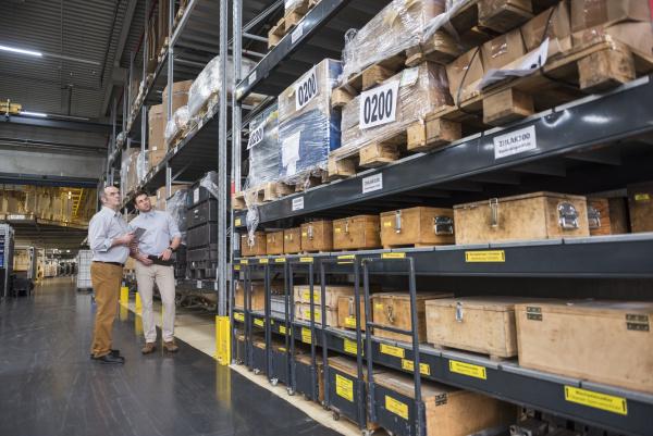 due uomini in piedi nel magazzino