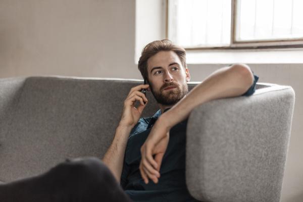 ritratto di giovane uomo al telefono