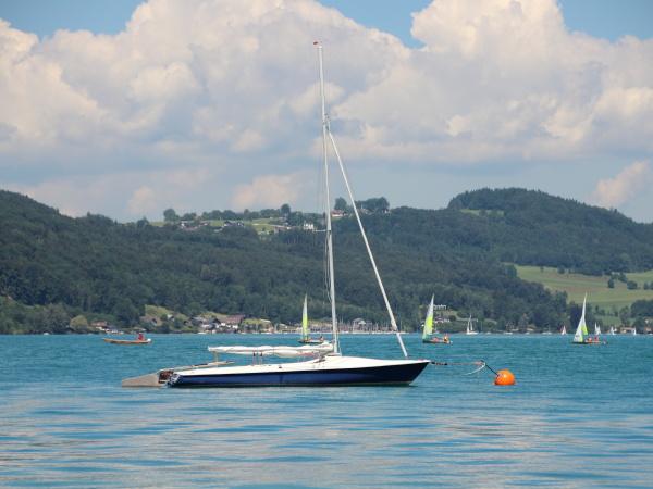 nave da navigazione sul lago blu
