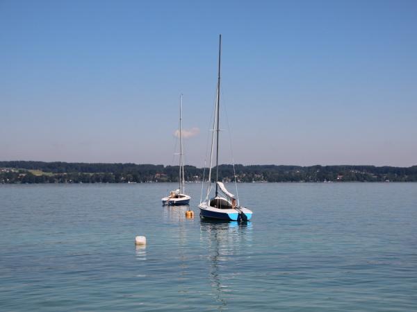 due barche a vela sul lago