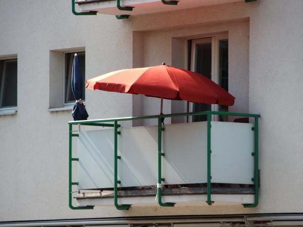 singolo parabrezza rossa sul balcone in