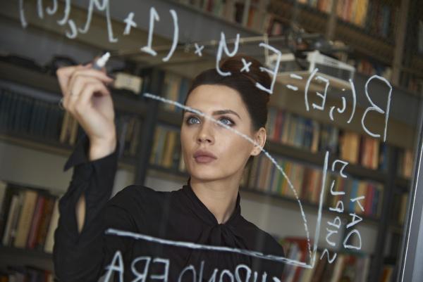 banca bicchiere ufficio scrivere strategia femminile