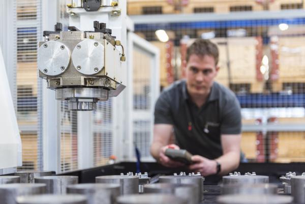 macchina operatrice uomo in fabbrica