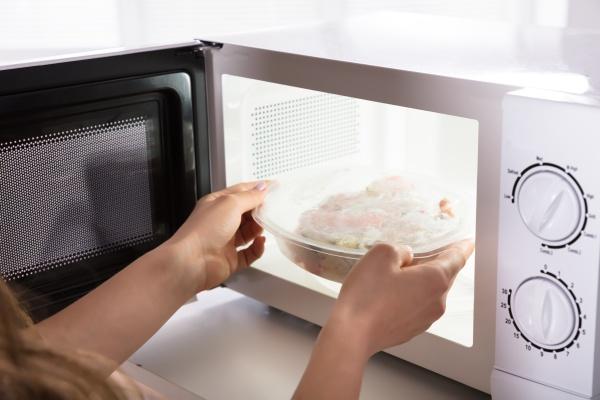 donna cibo aperto aprire riscaldamento temperatura