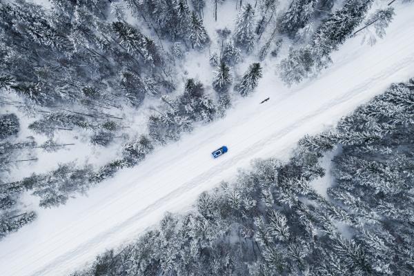 vista aerea di unauto che guida