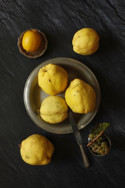 natura morta con mela cotogna limone
