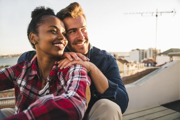 felice coppia affettuosa giovane seduta sul