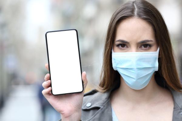 donna con maschera protettiva che mostra
