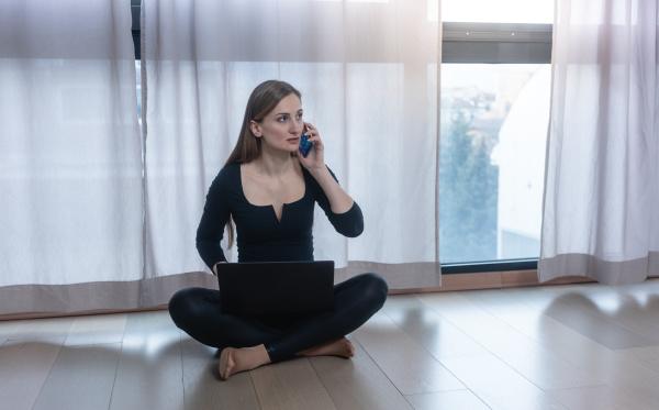 donna, in, auto, quarantena, con, telefono - 28215207