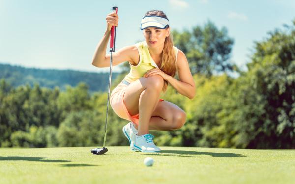 donna su campo da golf prendendo