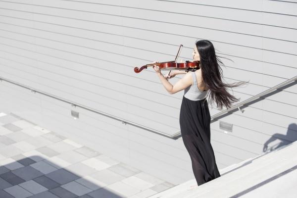 giovane asiatica che suona il violino