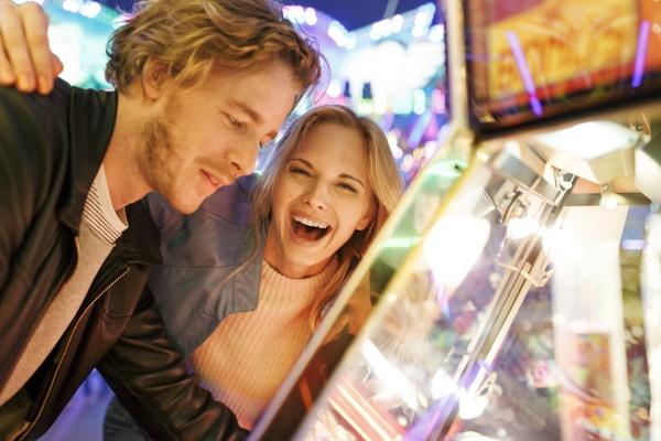 giovane coppia alla fiera divertente guardando