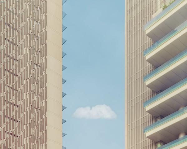nuvola vista tra edifici contro cielo