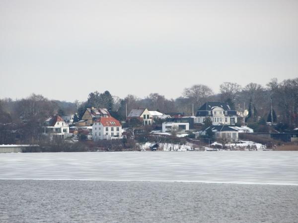 lago dinverno con case acqua e