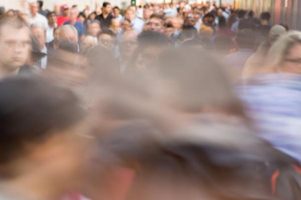 folla di persone che camminano sulla