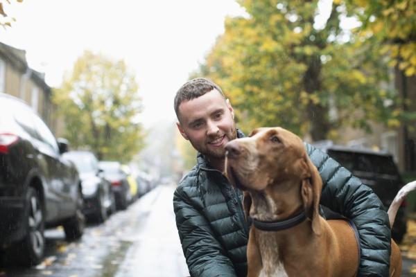 giovane felice con cane su strada