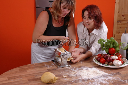 donna donne sale cucinare cucina tagliatelle
