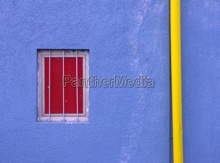 blu finestra facciata colore di contrasto