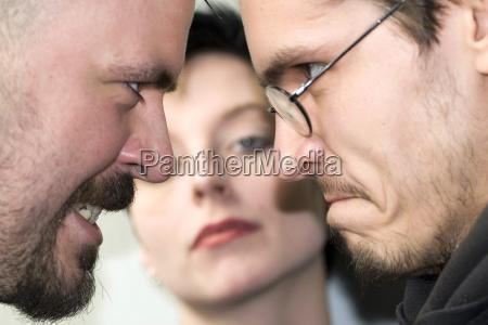 due uomini corteggiano una donna