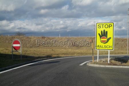 segnale pericolo mano mani nero autostrada