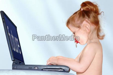 bambino sul computer portatile