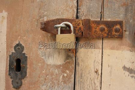 lucchetto marrone porta chiuso arrugginito aperto