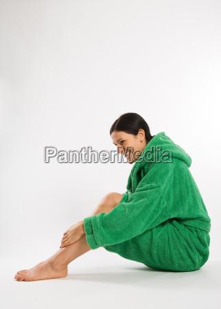 donna risata sorrisi verde amichevole laterale