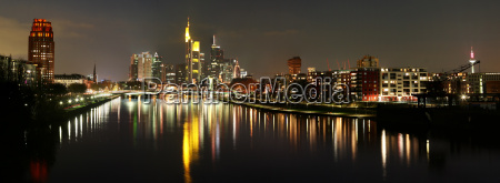 panorama di skyline di notte