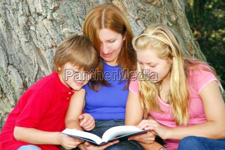 albero figlio mamma madre lettura contento