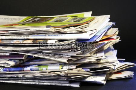 giornale tageblatt pila pubblicita scartato carta