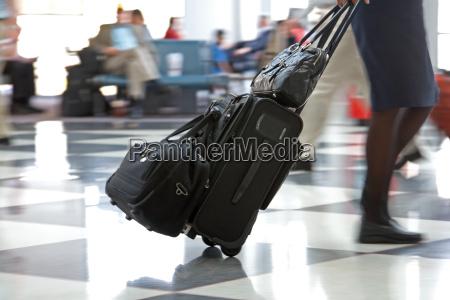 airport terminal e viaggiatori