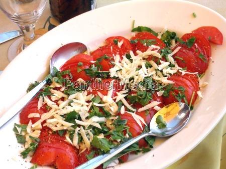 vitamine alimentazione verdura insalata di pomodori