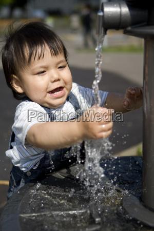 bambino alla fontana
