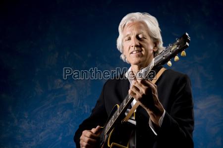 virile mascolino classico musicista chitarra maschio