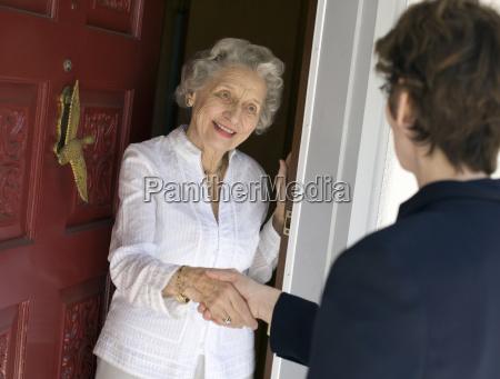 donna mano mani stretta di mano