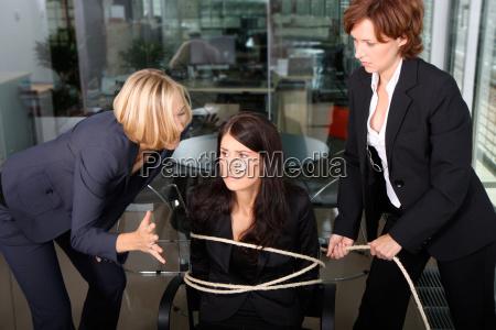 ufficio donna donne paura tortura bullismo
