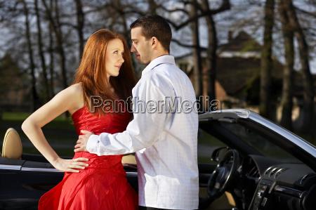 donna sexy abbracciare cabriolet sedurre coppia