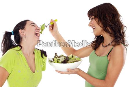 due belle ragazze con una insalata