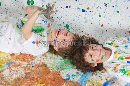 bambini che giocano con la pittura