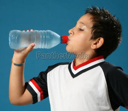 trenta ragazzo bere acqua