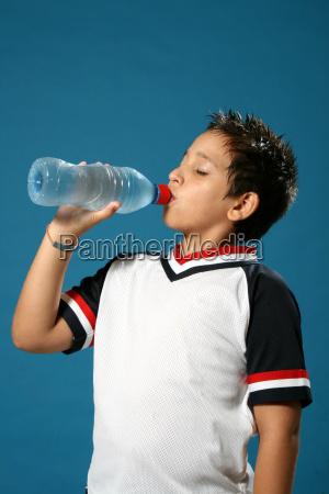 bambino assetato che beve acqua