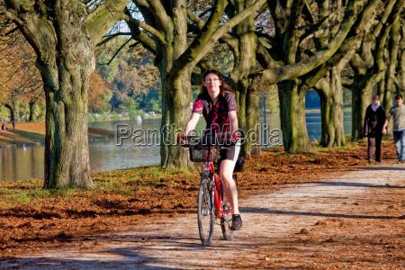 andare in bicicletta nel parco