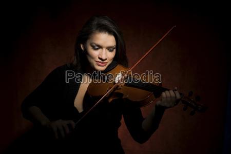 donna ispanica che suona il violino