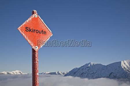 nebbia cartello stradale marcatura sci skitour