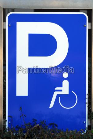 segnale blu caucasico bianco parcheggio cartello